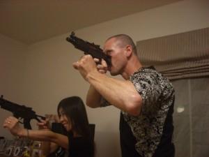 機関銃を構えるヨミ君とハードコアパンクな妹