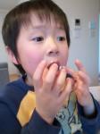 ドーナツ食べて何故オデコに付く?