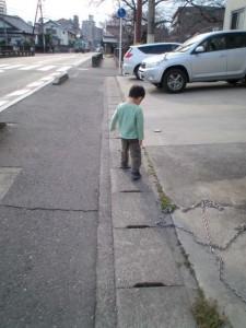 歩き始めましたよ・・・