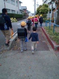 近所のお兄ちゃんと下校してきました。