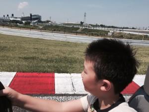 息子の運転で鈴鹿の風を感じました。